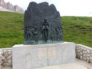 Monumento a Coppi sul Pass Pordoi